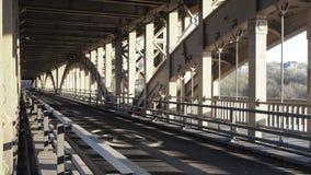 Newcastle p? Tyne, England, F?renade kungariket Den på hög nivå bron är a är en väg och en järnvägsbro över Riveret Tyne lager videofilmer