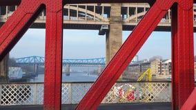 Newcastle p? Tyne, England, F?renade kungariket H?jdpunkten och att g?ra till drottning Elizabeth II broar fr?n gungabron royaltyfria foton