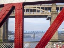 Newcastle p? Tyne, England, F?renade kungariket H?jdpunkten och att g?ra till drottning Elizabeth II broar fr?n gungabron arkivbild