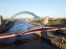 Newcastle p? Tyne, England, F?renade kungariket Tynen och gungabroarna ?ver Riveret Tyne royaltyfri fotografi