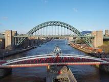 Newcastle p? Tyne, England, F?renade kungariket Tynen och gungabroarna ?ver Riveret Tyne arkivbilder