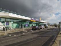 Newcastle p? Tyne, England, F?renade kungariket Yttersidan av den internationella flygplatsen royaltyfri foto
