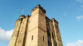 Newcastle p? Tyne, England, F?renade kungariket Yttersidan av slotten stock video