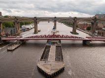 Newcastle-Schwingen und Straßeschienenbrücke der hohen Stufe Stockfotos