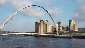 Newcastle sobre Tyne, Inglaterra, Reino Unido El puente del milenio de Gateshead almacen de video