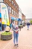 Newcastle sotto la giovane donna di Lyme con il fronte dipinto fotografia stock libera da diritti