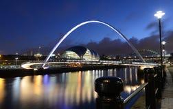 Newcastle sur le bord du quai de Tyne la nuit Photographie stock