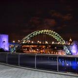 Newcastle Tyne most zaświecający up przy nocą Obraz Stock