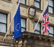Newcastle/UK- le bandiere di Union Jack e 5 agosto 2016 dell'euro appendono più Immagine Stock