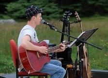Newfoundlander con la guitarra roja Fotografía de archivo