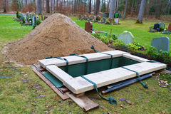 Newly dug grave Royalty Free Stock Photos