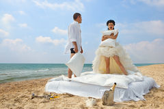 Newlywed couple fighting with pillows Royalty Free Stock Photography