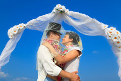 Newlywed couple in Hawaiian Hula Royalty Free Stock Images