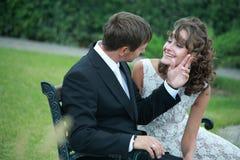 newlywed di amore delle coppie Immagini Stock
