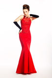 Newlywed in vestito rosso da cerimonia nuziale lunga, guanti di modo immagine stock