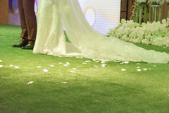 Newlyweds και λουλούδια Στοκ Εικόνες