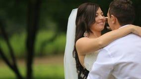 Newlyweds που έχει τη διασκέδαση Κομψά την παιχνίδια νεόνυμφων με το νυφικό πέπλο κατά κράτημα της νύφης στα χέρια, και αυτοί και απόθεμα βίντεο