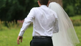 Newlyweds που έχει τη διασκέδαση Τρεξίματα νεόνυμφων για την εύθυμη νύφη, και αυτοί και το δύο γέλιο Υπαίθριος πυροβολισμός με το απόθεμα βίντεο
