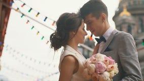 Newlyweds που αγκαλιάζει στο θερινό πεζούλι του εστιατορίου απόθεμα βίντεο