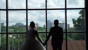 Newlyweds που απολαμβάνει τη θέα από τα νέα διαμερίσματά τους φιλμ μικρού μήκους