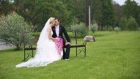 Newlyweds που πυροβολείται στις εργασίες παραγωγών ταινιών γαμήλιων ταινιών της Μετακινηθείτε τον πυροβολισμό απόθεμα βίντεο