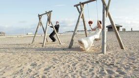 Newlyweds σε μια ταλάντευση απόθεμα βίντεο