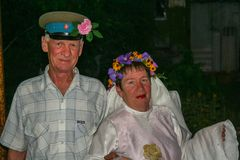 Newlyweds στο γαμήλιο ιωβηλαίο στοκ φωτογραφία με δικαίωμα ελεύθερης χρήσης