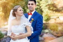 Newlyweds υπαίθρια ημέρα ηλιόλουστη Στοκ Εικόνες