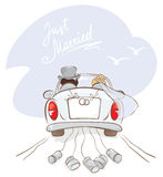 Newlyweds in a car Royalty Free Stock Photography
