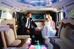 Newlyweds in a car Royalty Free Stock Image