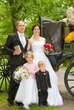 Newlyweds davanti al carrello dei hores Immagini Stock Libere da Diritti
