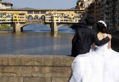 Newlyweds in Florence ponte vecchio Royalty Free Stock Photos