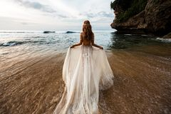 Newlyweds na praia fotografia de stock