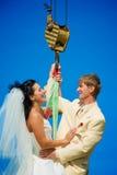 Newlyweds nel cielo fotografie stock