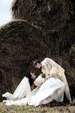 Newlyweds nel mucchio di fieno fotografia stock libera da diritti