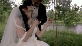 newlyweds o homem está guardando a mão do ` s da menina mãos masculinas e fêmeas perto de um ramalhete e de uma vela vídeos de arquivo