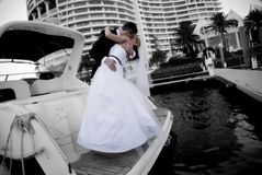 Newlyweds que beijam no barco Fotografia de Stock