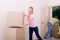 Newlyweds que movem-se dentro junto Imagem de Stock