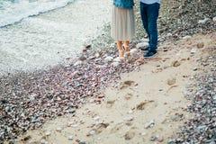 Newlyweds sulla spiaggia Primo piano delle gambe Fotografie Stock Libere da Diritti