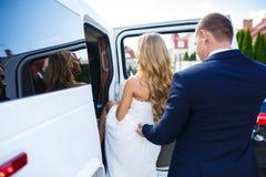 Newlyweds in un'automobile fotografia stock libera da diritti