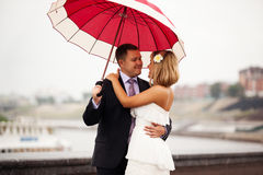 Newlyweds under umbrella Royalty Free Stock Photos