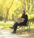Newpaper de lecture d'homme en parc Image stock