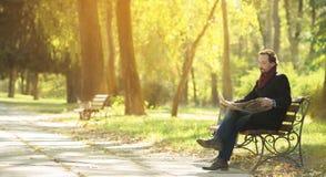 Newpaper de lecture d'homme en parc Photo stock