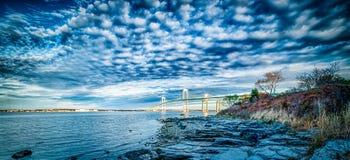 Newport bro som förbinder newport och jamestown på soluppgång Arkivfoto