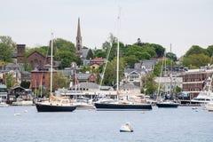 Newport-Hafen und Ansicht von St- Mary` s Kirche stockbilder