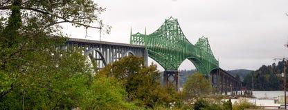 Newport Oregon för huvudväg 101 för Yaquina fjärdbro Förenta staterna royaltyfri bild