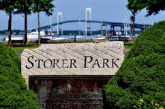 Newport RI: Storeren parkerar och den Newport bron Fotografering för Bildbyråer