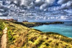 Newquay向陆岬明亮的五颜六色的HDR的康沃尔郡英国的海岸道路与cloudscape 库存照片