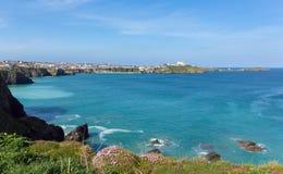 Newquay海岸北部康沃尔郡英国在有蓝天和海的春天 图库摄影