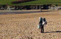Newquay, Корнуолл, Великобритания - 7-ое апреля 2018: Уединённая бездомная женщина или сумка стоковое фото